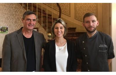 Un hôtelier-restaurateur heureux aux côtés de ses jeunes repreneurs